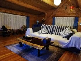 山に囲まれた海を眺められる心身休まる檜木露天風呂付ログハウス施設全景