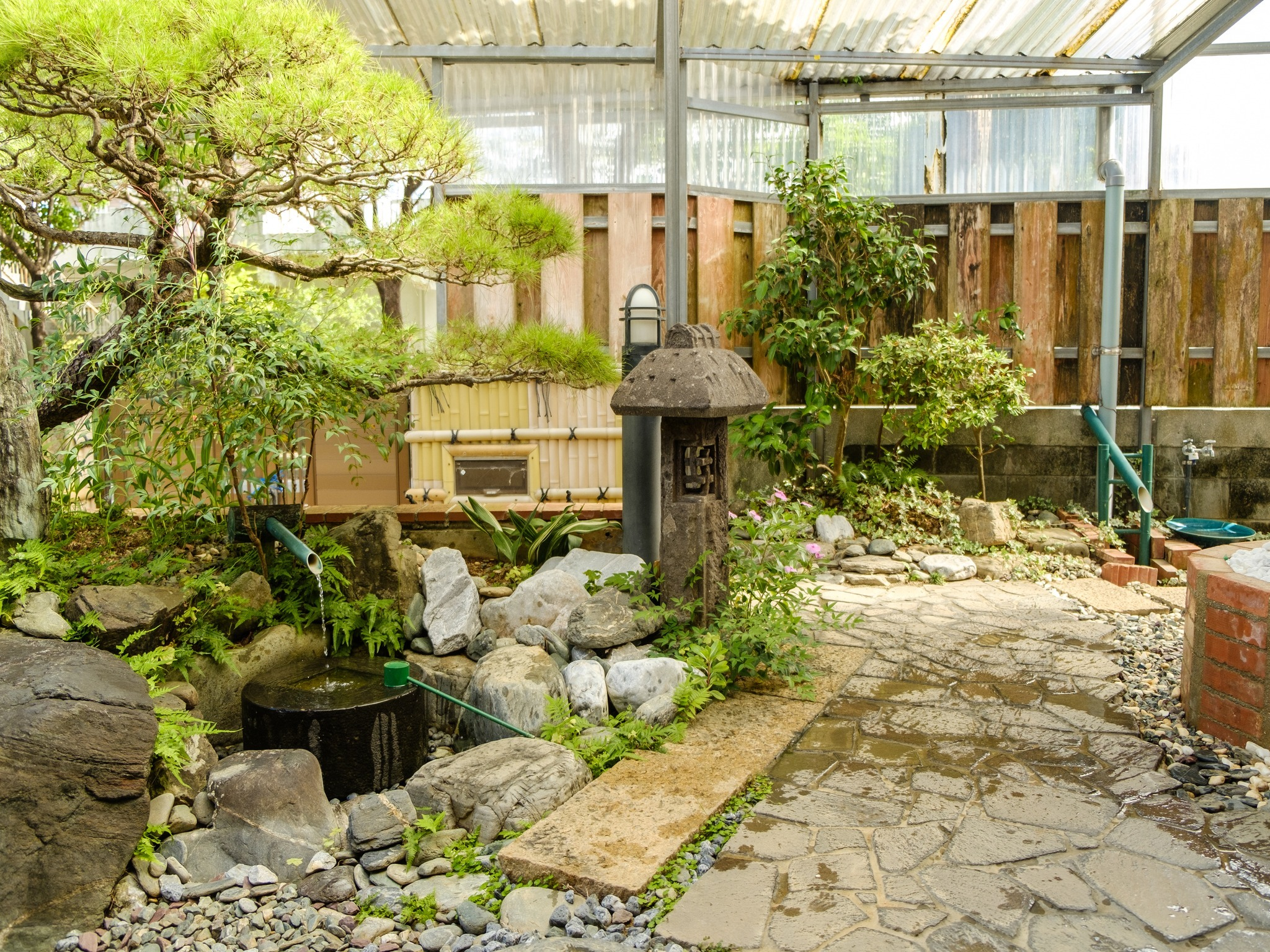 We hope you will enjoy the view of the Japanese‐style garden, which has become scarce in modern times. / 現代では少なくなってしまった日本ならではお庭の景色を是非お楽しみください、