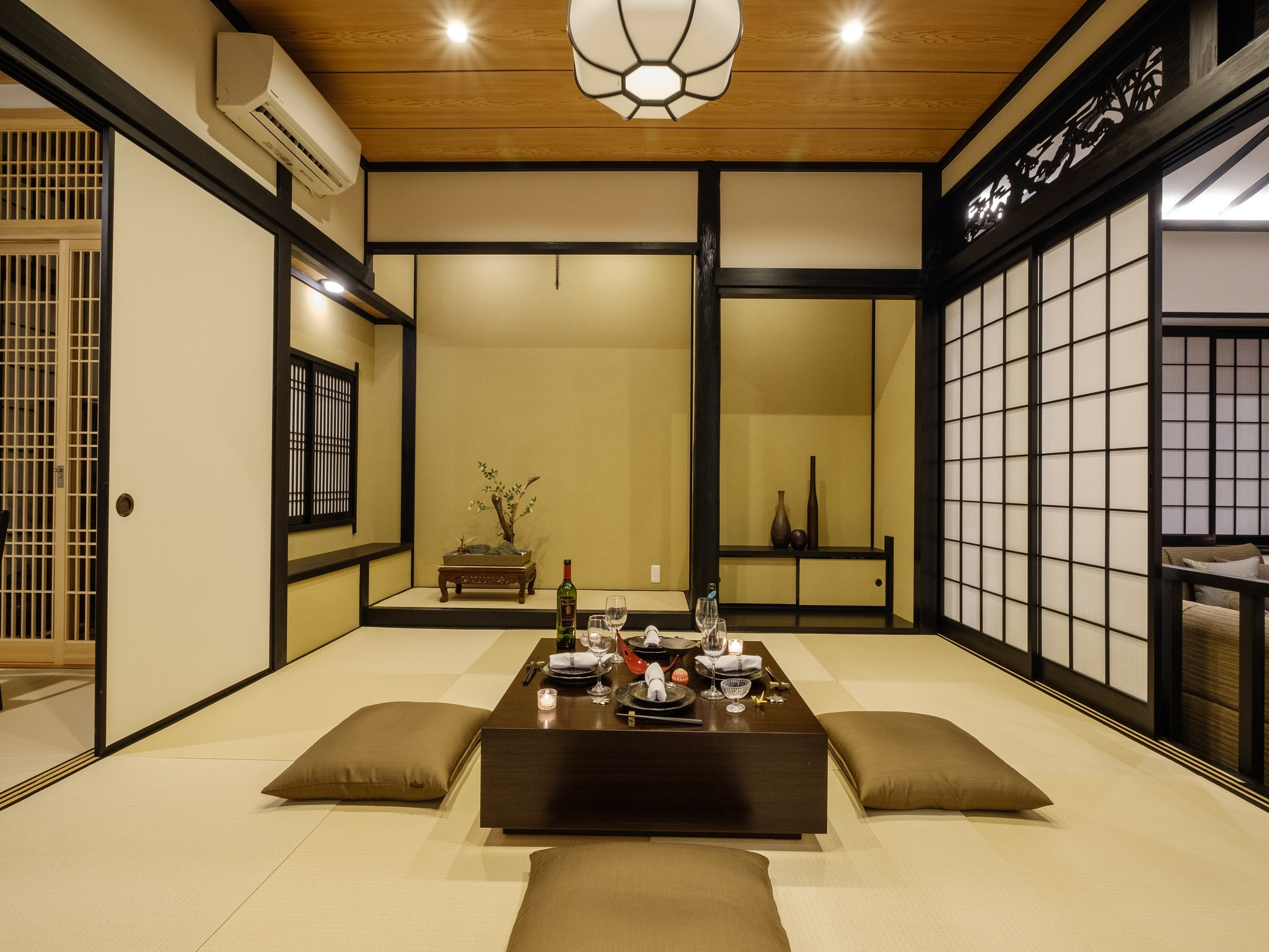 Spacious Japanese-style room with traditional Japanese crafts tatami. / 日本の伝統工芸品【畳】を使用した広々とした和室