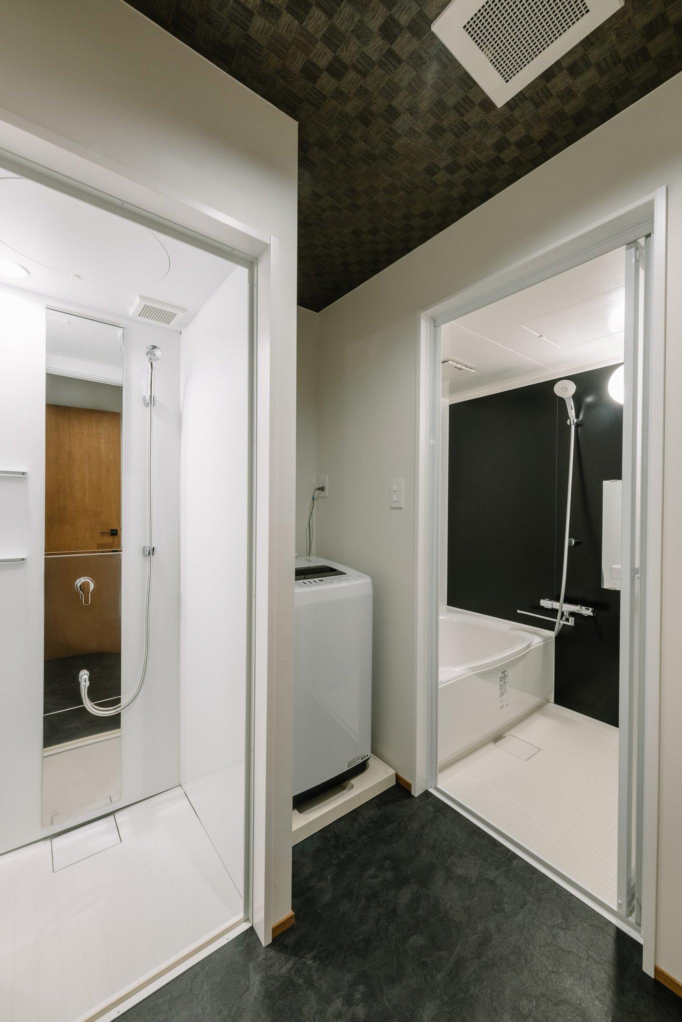 浴室とシャワールームがあります。洗濯機と乾燥機もあります。
