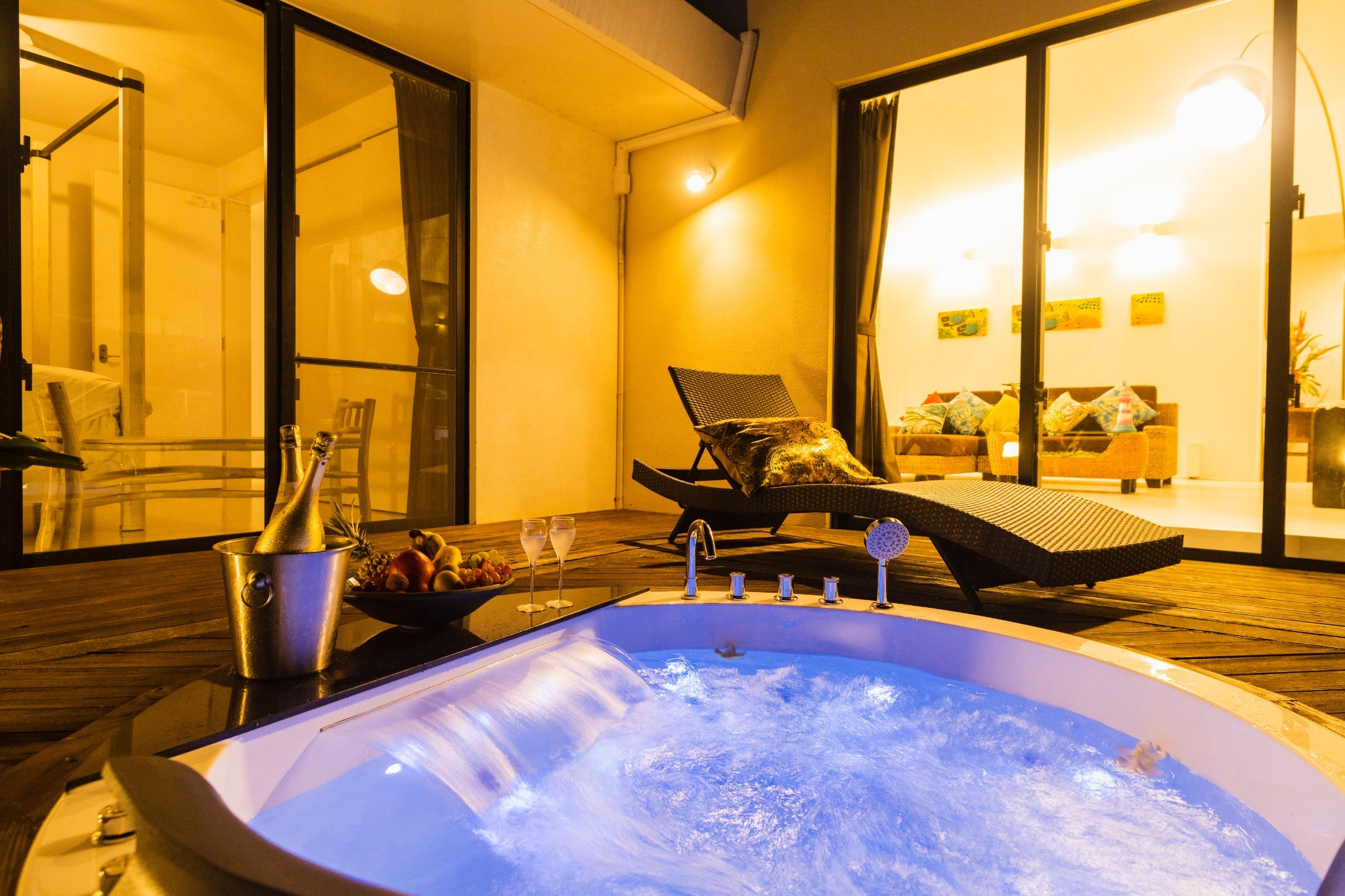 Feeling Okinawa and heal the tiredness of your trip with a jacuzzi. 沖縄を感じながら、ライトアップされるジャグジーで旅の疲れを癒します。