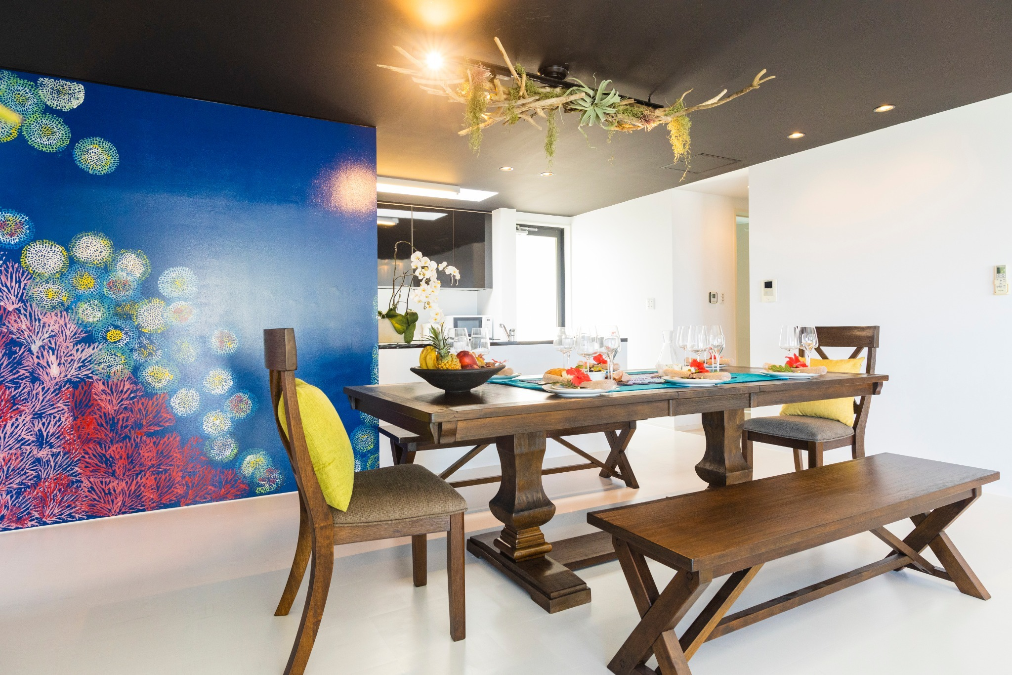 Imagine you are in the ocean at the dining space 海の中を連想させるダイニングスペース