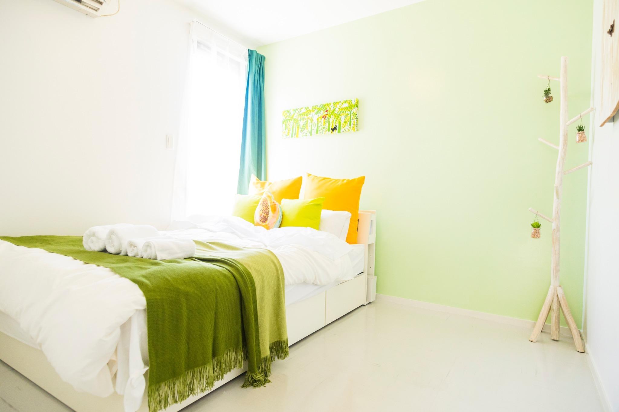 Green bed room: double-size bed×1, Folding single-size bed×1 グリーンベッドルーム:ダブルベッド×1、折り畳みシングルベッド×1