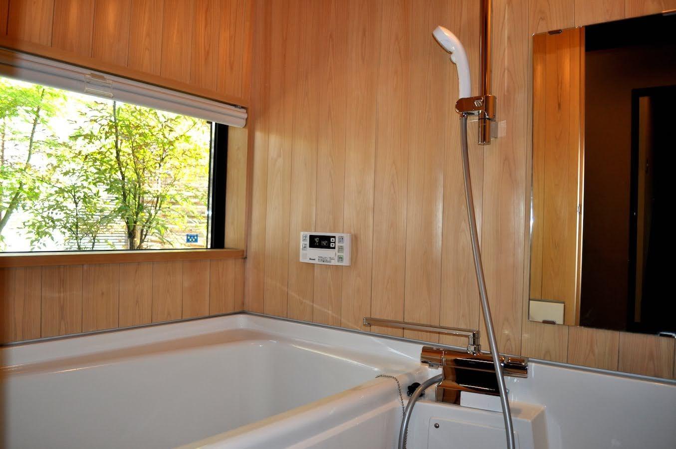 浴室と裏庭の景色