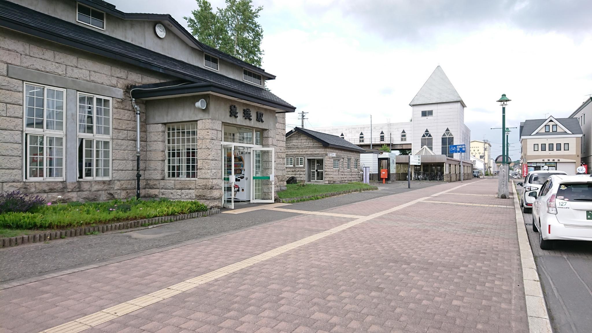 美瑛駅。奥の白い建物が駅裏に通じる歩道橋。