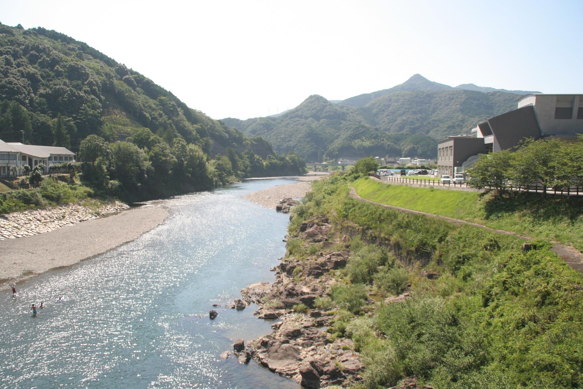 家の前の日高川です。