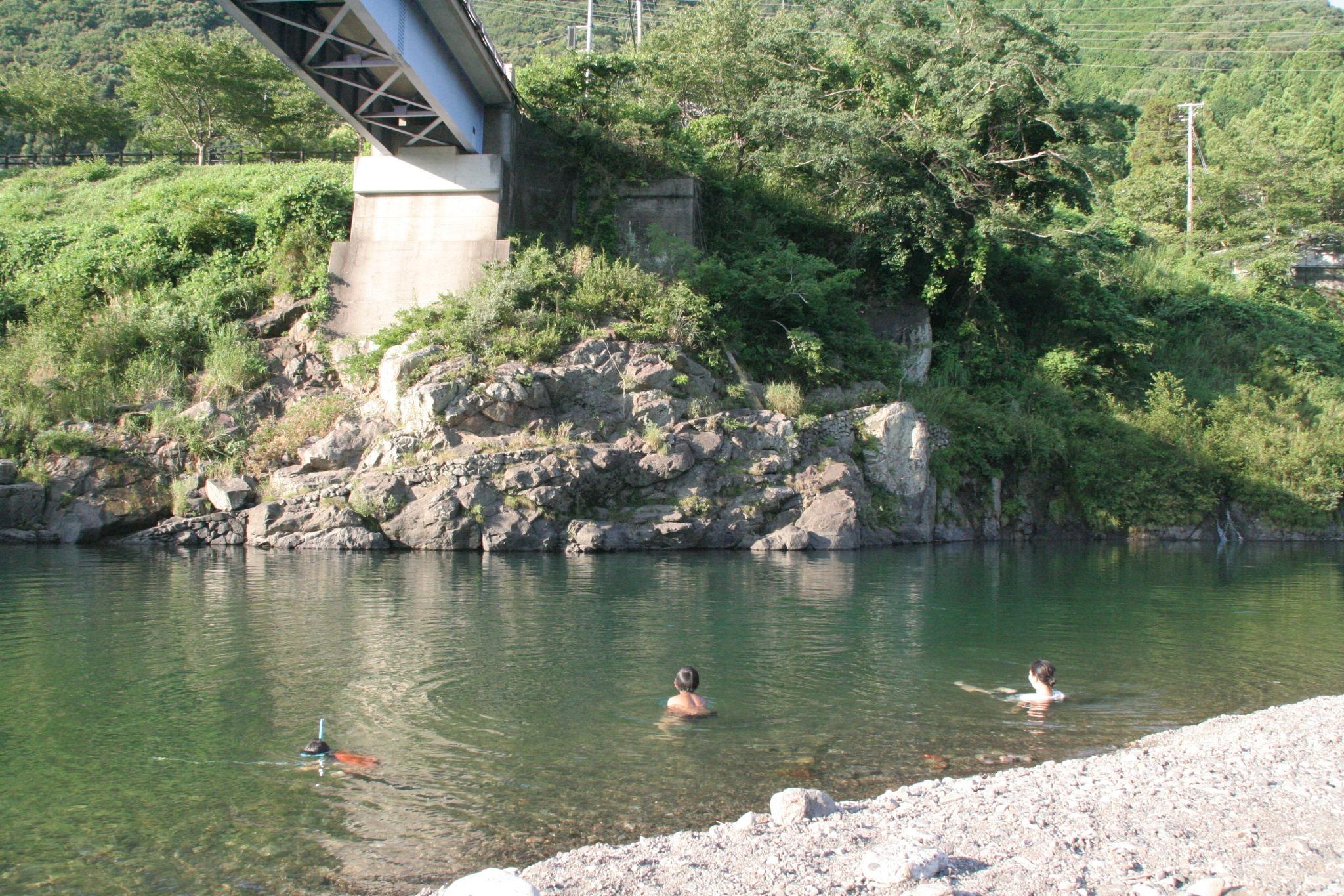 川でひと泳ぎ。