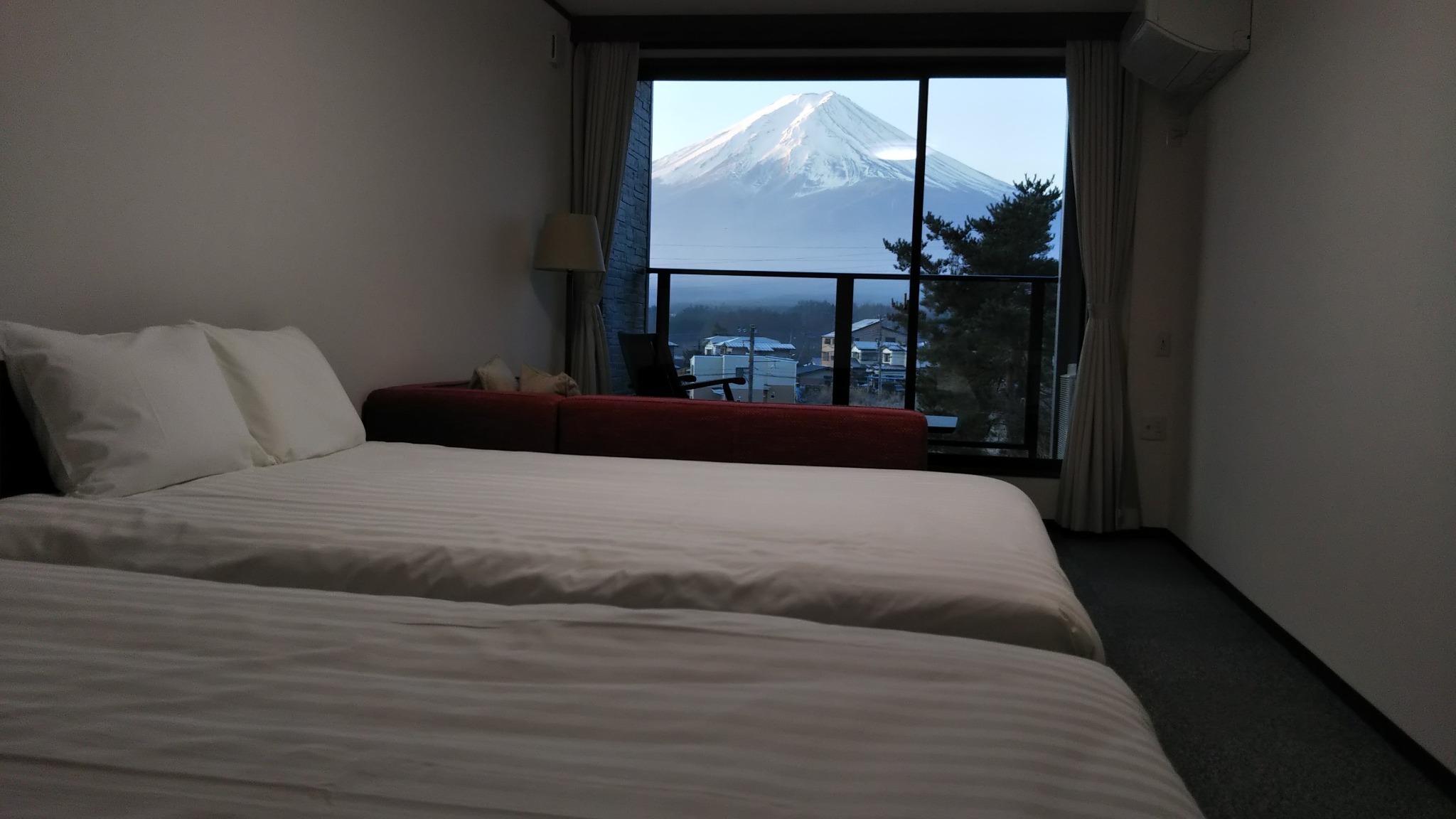 ベッドから寝たまま富士山を見られる日もあります