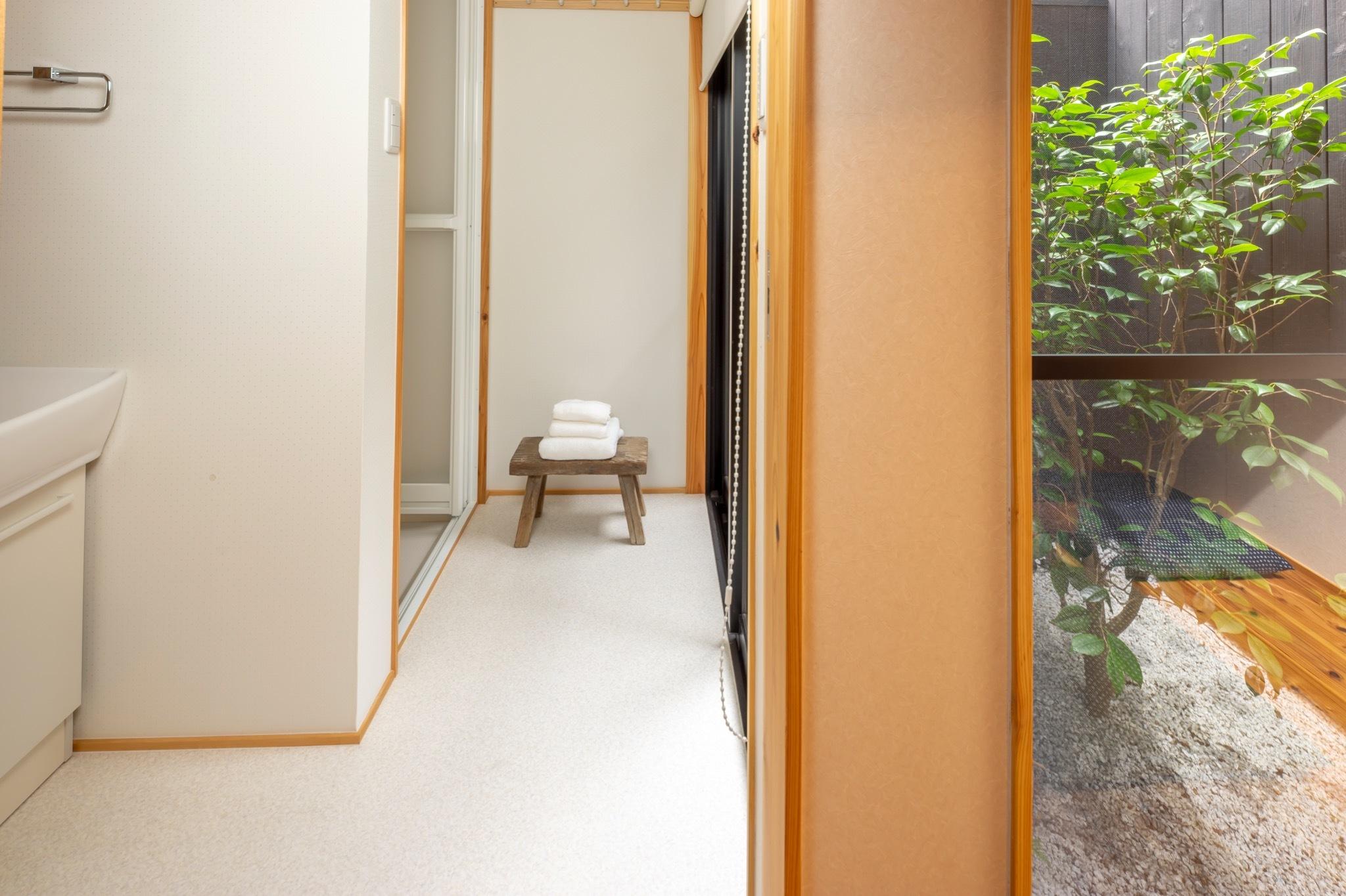 坪庭の脇に洗面とシャワーがあります