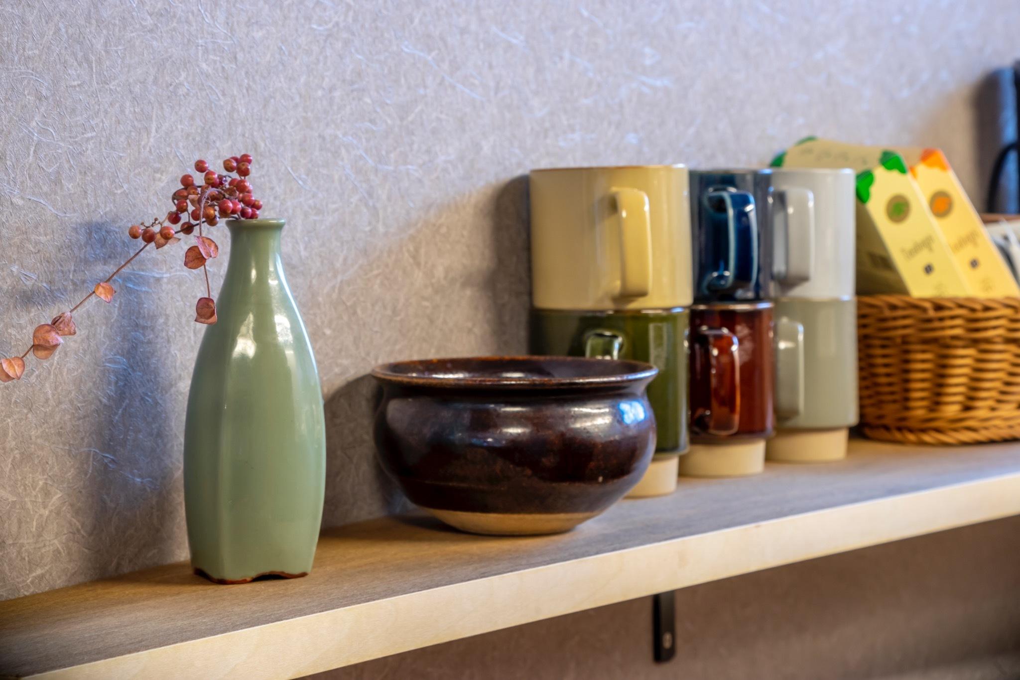キッチンの棚とコーヒーカップ