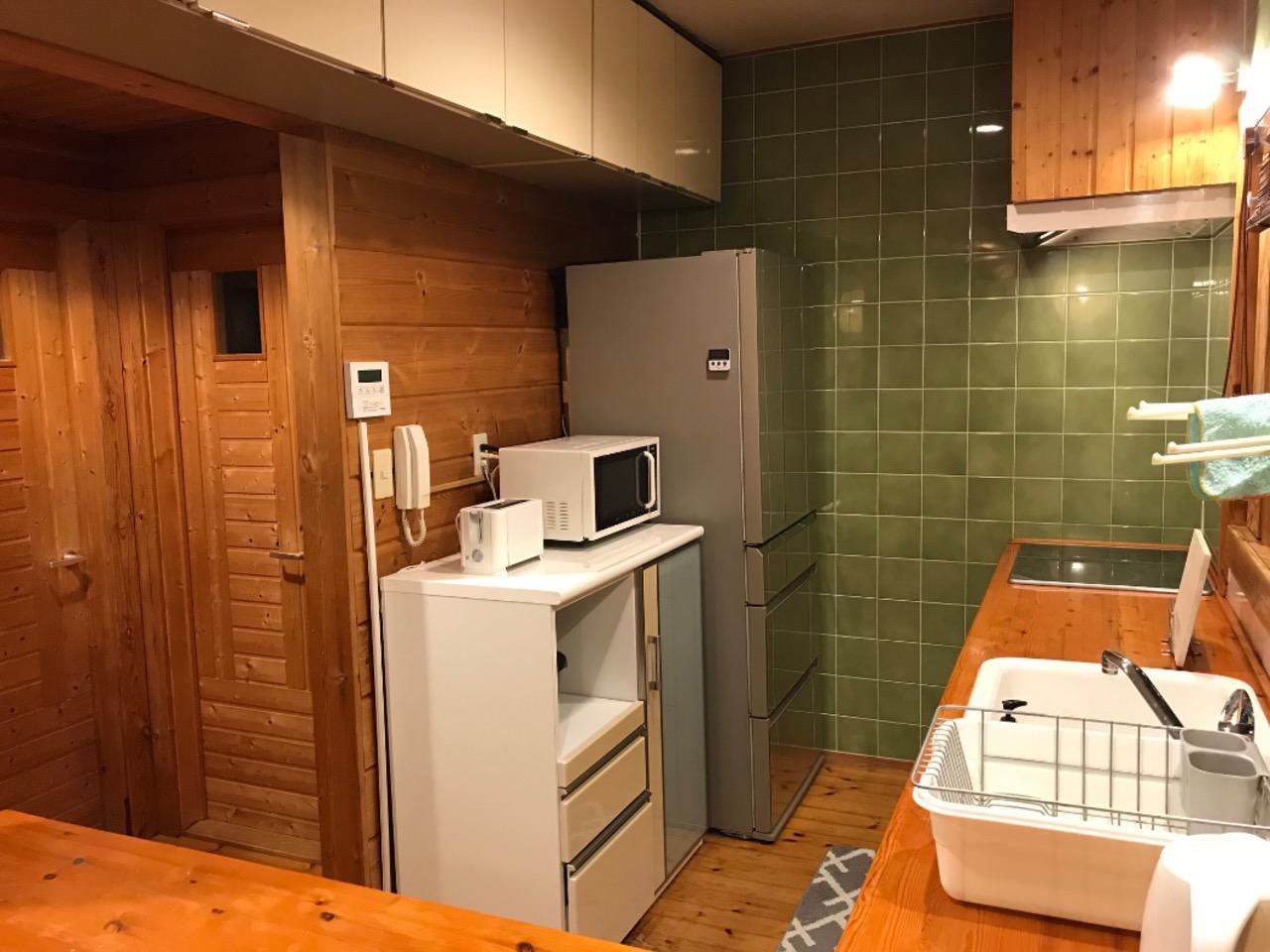 キッチン(IHトップ、電子レンジ、トースター、ケトル、大型冷蔵庫)