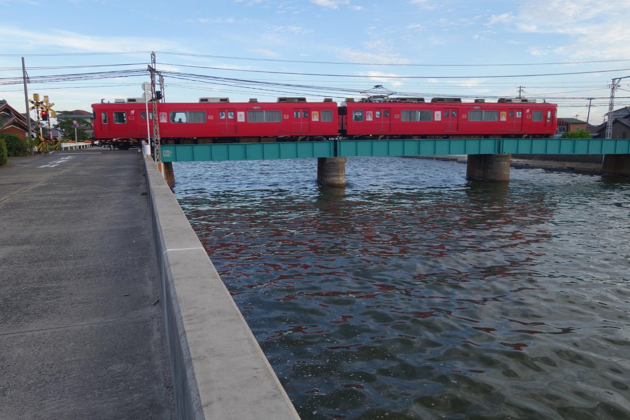 矢崎川と名鉄の赤い電車