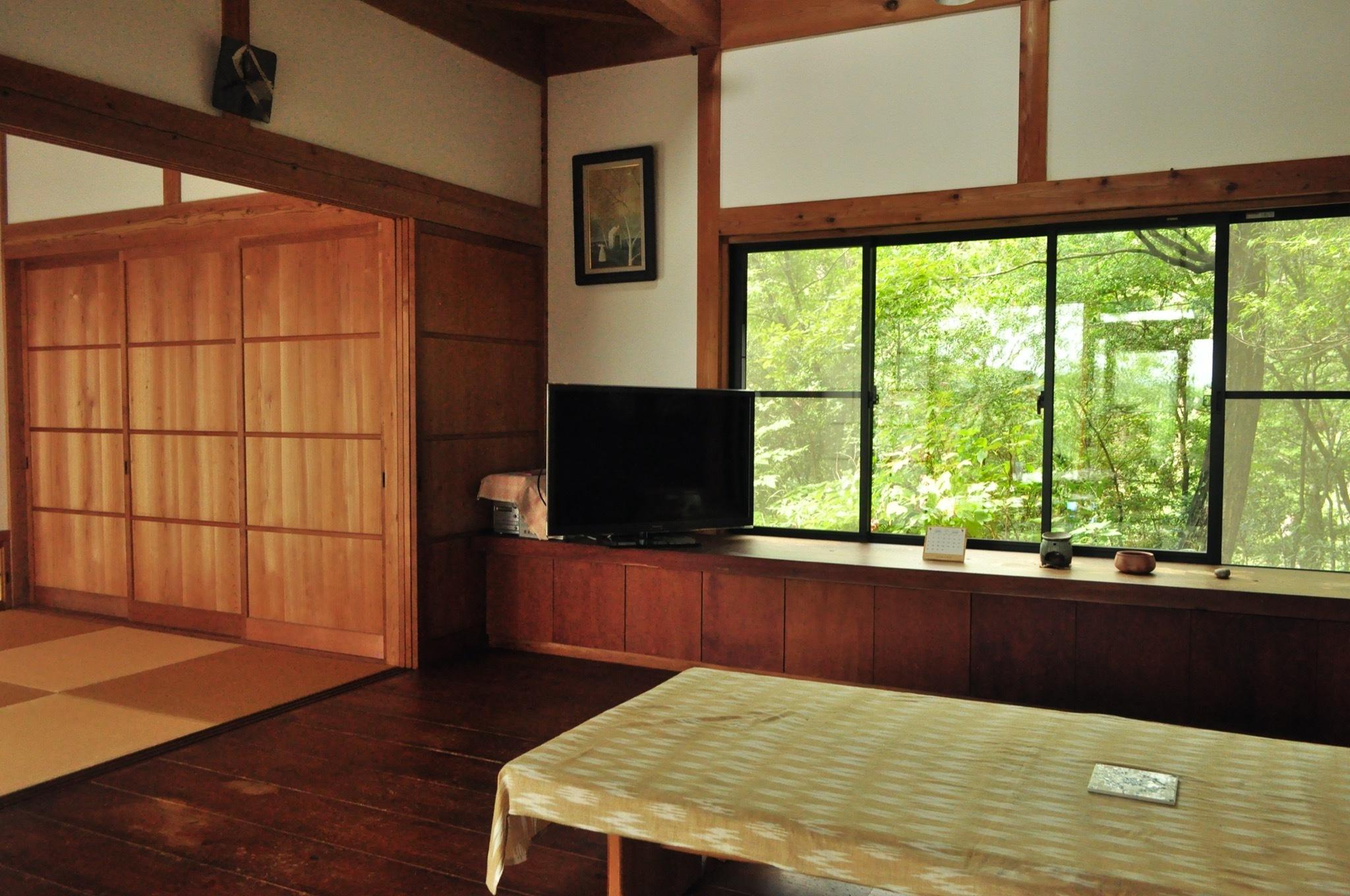 居間から左の和室・窓越の庭
