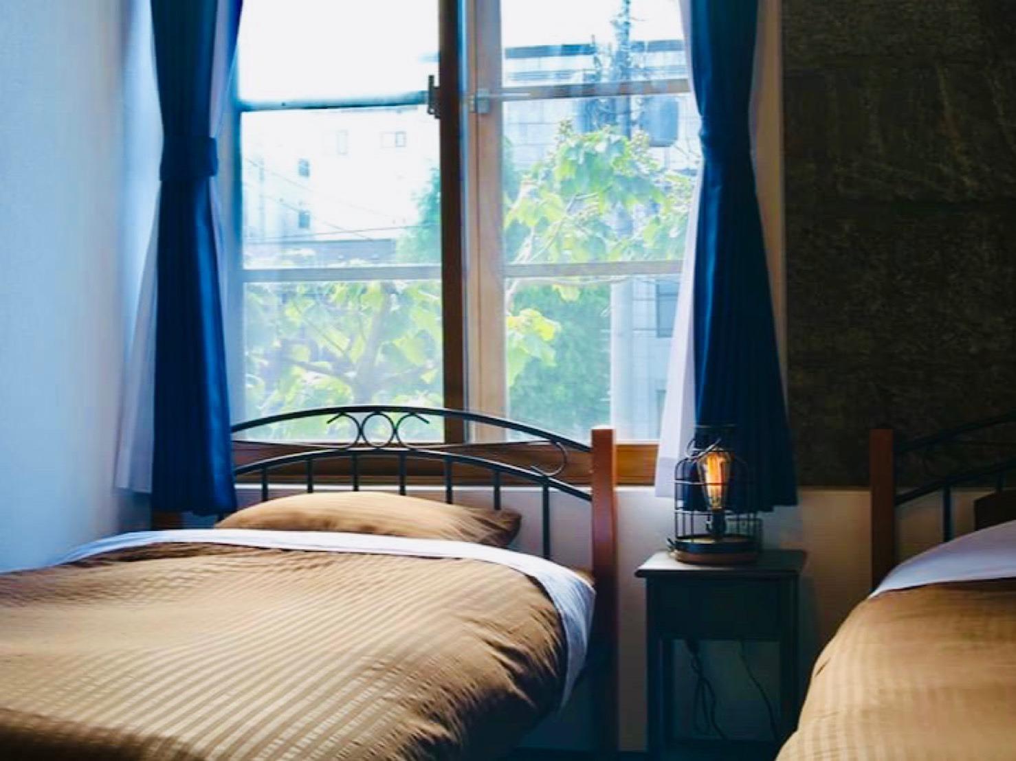 ツインのお部屋は優しい光が入りこみます。