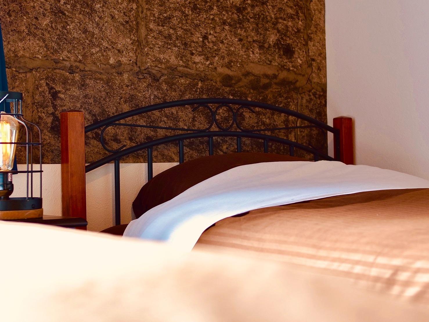 石肌とベッド。