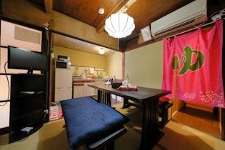 築100年超の京町家。徒歩4分で歴史地区祇園、三条駅と鴨川の繁華街です。施設全景
