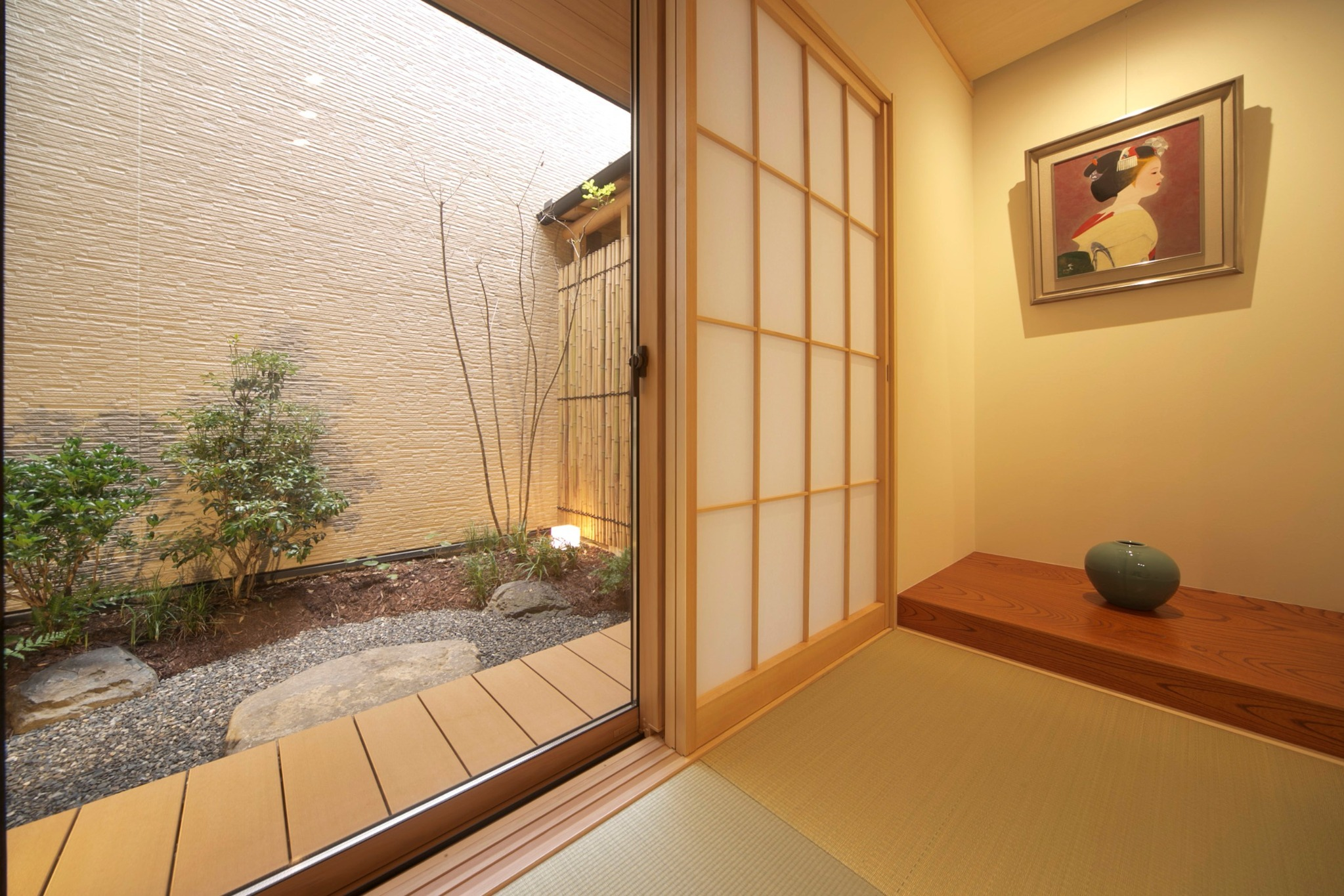 1階和室から庭を望む