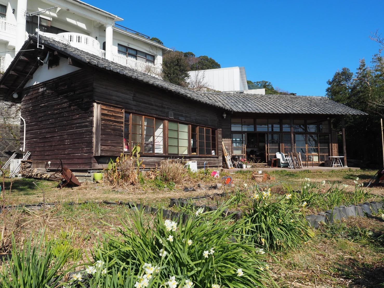 広い庭からは海が一望できます。雰囲気のある古民家で非日常な休日をお過ごしください。