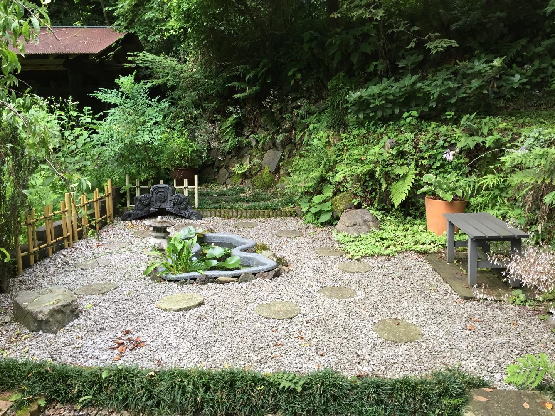敷地内の自作の日本庭園