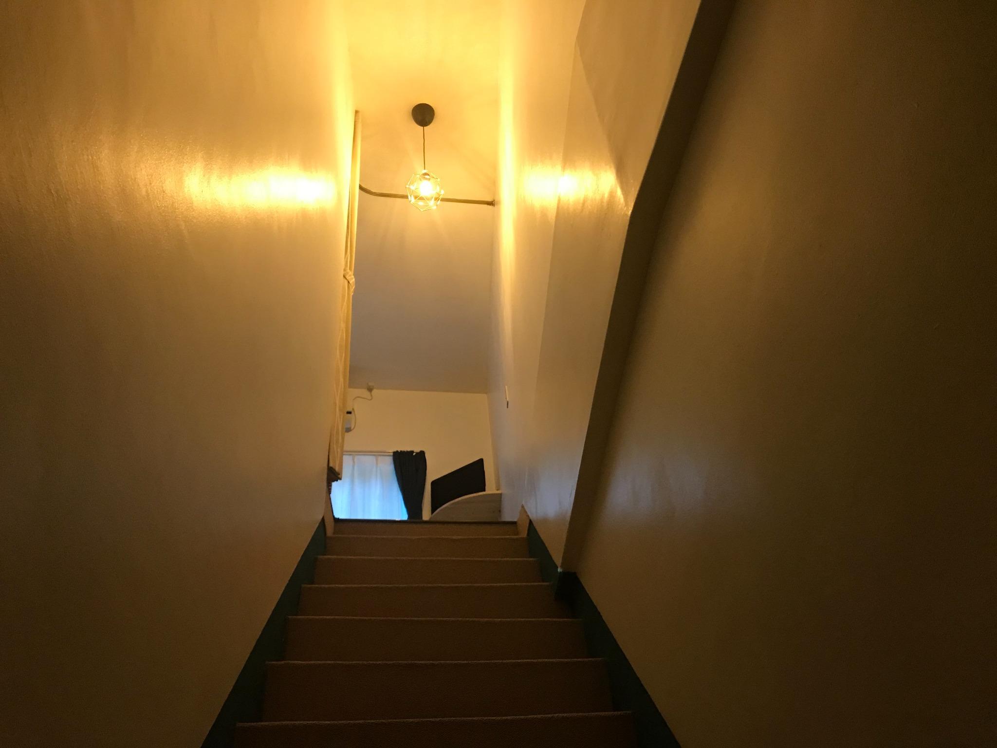 POPURAの部屋は、木の本隧道が見えるシングルベッド2台の物件。鬼ヶ城、松本峠に近いです。