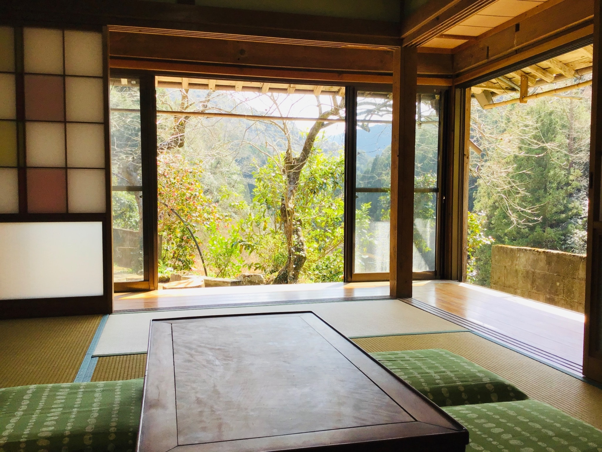 四万十市の山あいに静かに佇む古民家宿。完全なプライベート空間で自然を感じのんびり出来ます