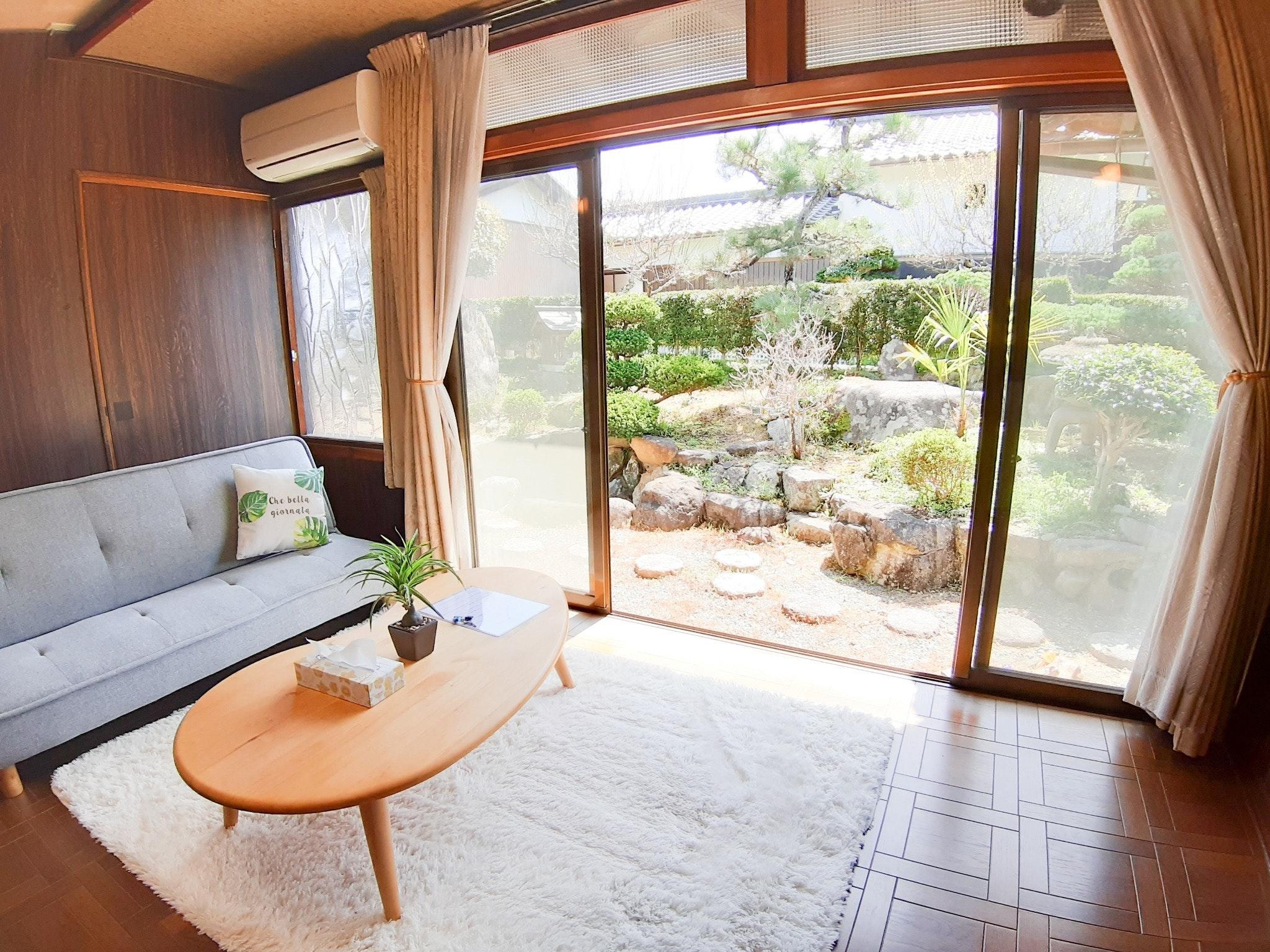 日本庭園が見えるお部屋。夜はライトアップされたお庭をご堪能ください。