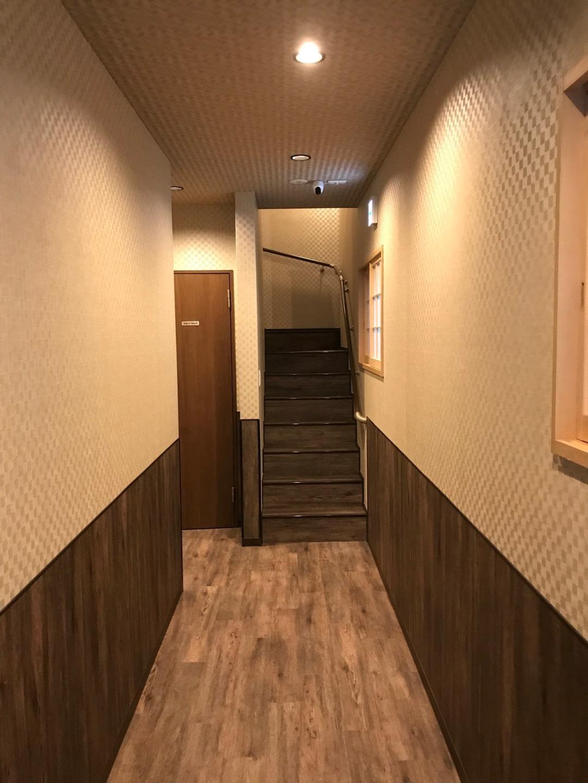 玄関から2階へ行く階段です。