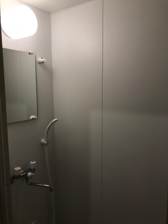 シャワーのみで浴槽ありません。