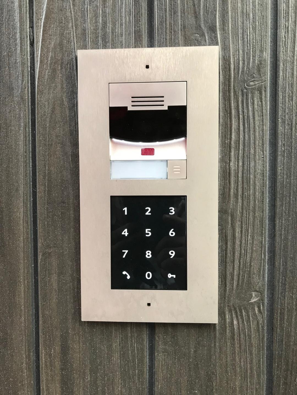 玄関と2階個室入りは、電子キーで安心です。
