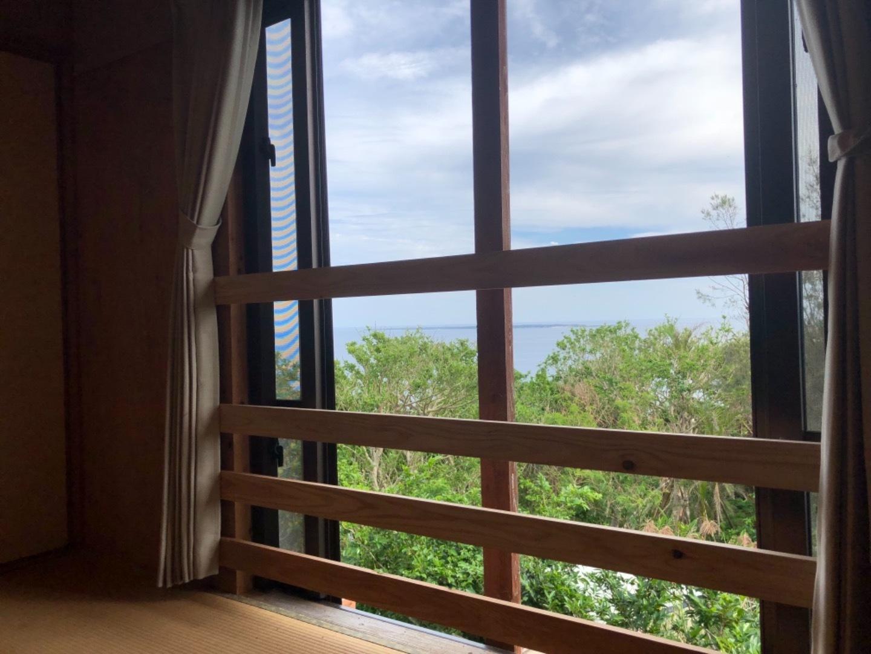 2の宿泊室からは朝日や神の島久高島が見えます