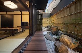 京都駅徒歩10分、2018年10月オープン、隣の晴樂と合わせて18名まで泊り頂けます施設全景