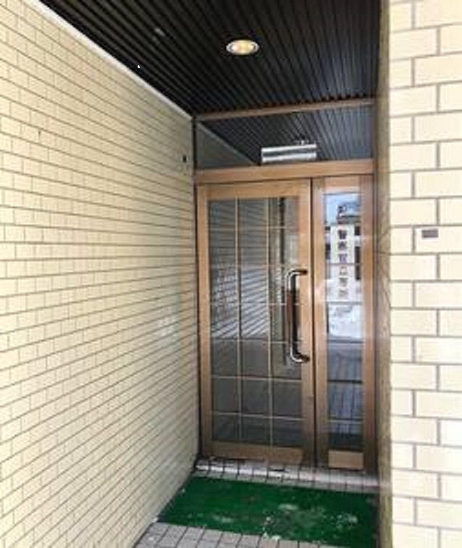 703号室、1DK、ダブルベッド1台、布団1枚。地下鉄東西線菊水駅徒歩1分、JR札幌駅タクシー8分