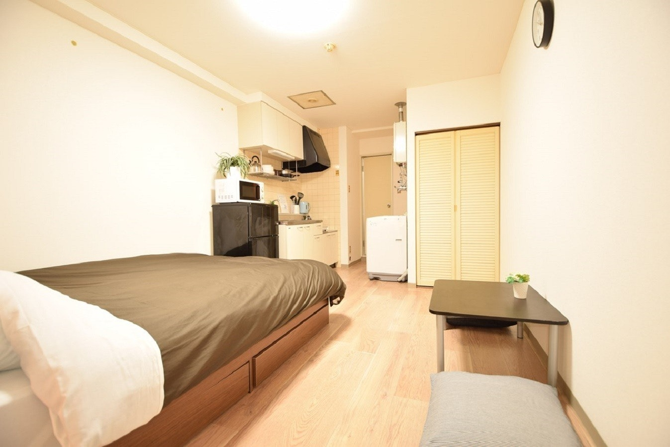 201号室、1DK、ダブルベッド1台、布団1枚。地下鉄東西線菊水駅徒歩1分、JR札幌駅タクシー8分