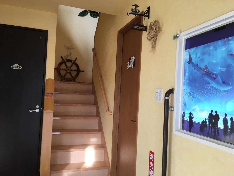 玄関から2階のお部屋へどうぞ。