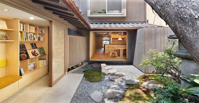 ちいさな京町家の奥に広がる庭。街中なのにひっそり。秘密の庭園です。