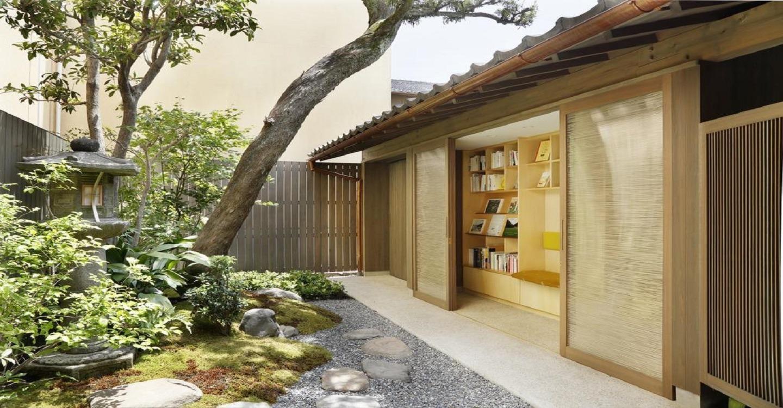 樹齢100年の古木をのぞむ庭のライブラリー。ブックディレクター幅允孝が選書した、京都の旅をより印象深いものにしてくれる本に出合える場所です。