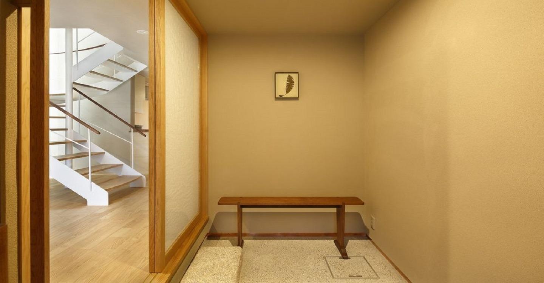 さりげなく配されたアートピースを愛でる空間。室内へと誘う扉にも秘密が・・・