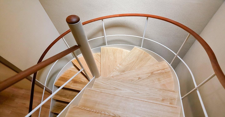 建築家 中村好文こだわりのドラマチックならせん階段。やさしい木の感触が心地いい手すりです。