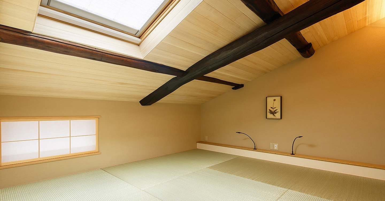 3名~4名様がご宿泊の際は、和室に布団をご用意いたします。表に向かうほど低くなっていく斜めの天井が京町家ならでは。秘密の屋根裏部屋のような雰囲気が不思議と落ち着きます