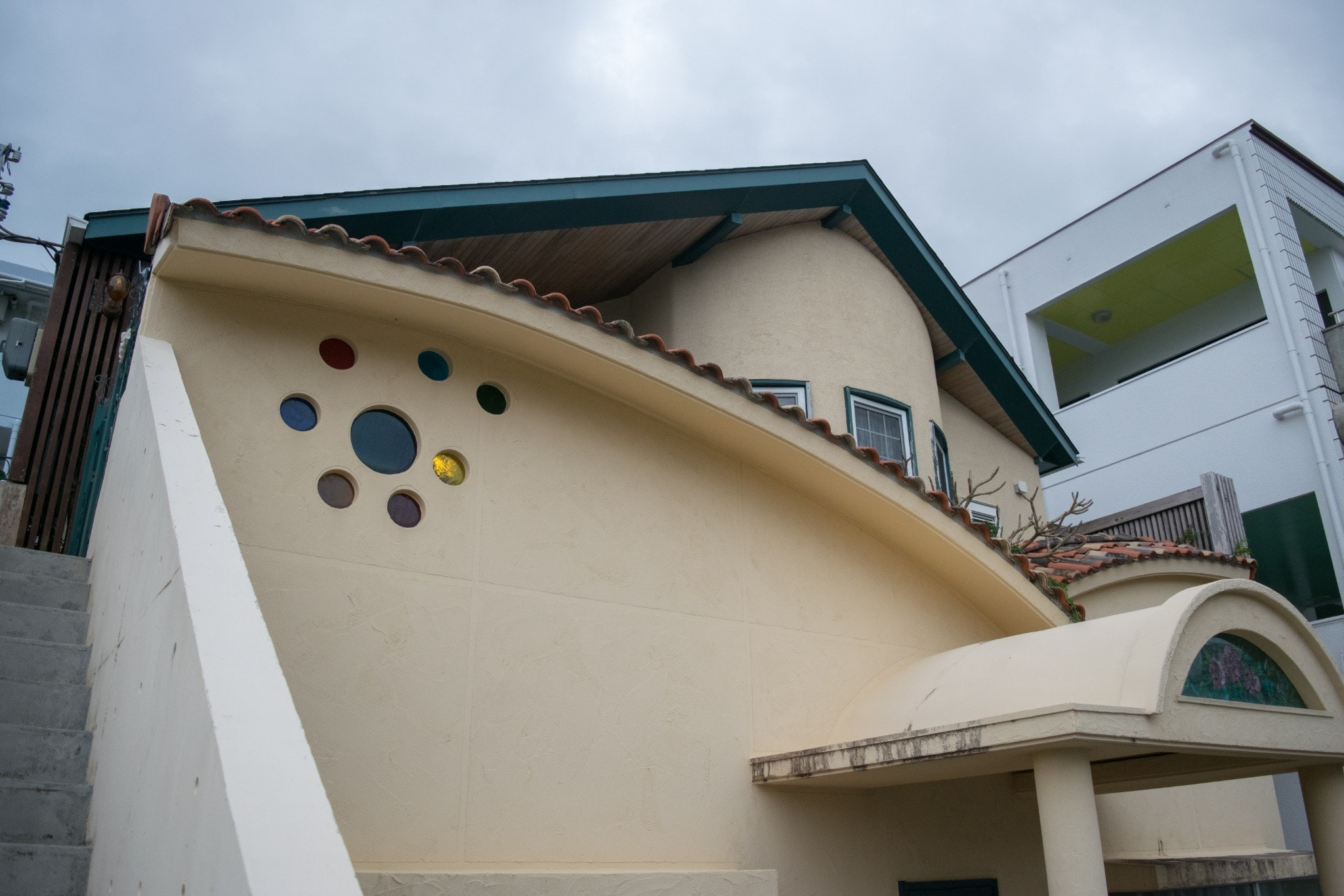 洋館風でバルコニーでくつろげる家。近くにフードスポットが多数。
