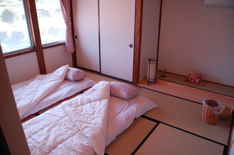 2階はゲスト専用スペース 2つの客間と吹き抜けの梁天井のリビングでお寛ぎを!