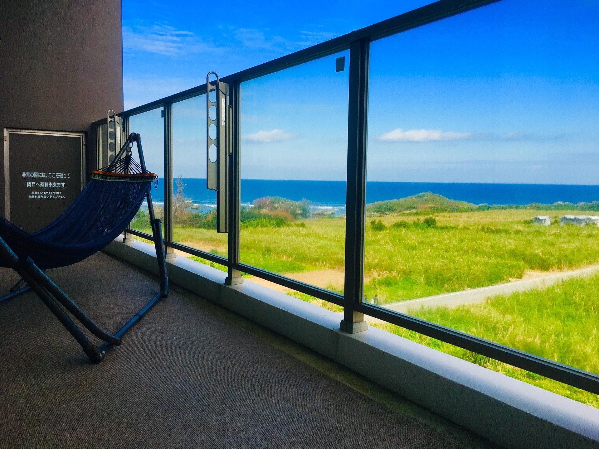 長期滞在OK!ゆったりワーケーション!天然ビーチまで徒歩1分!最上階から伊江島と海が一望できる部屋!