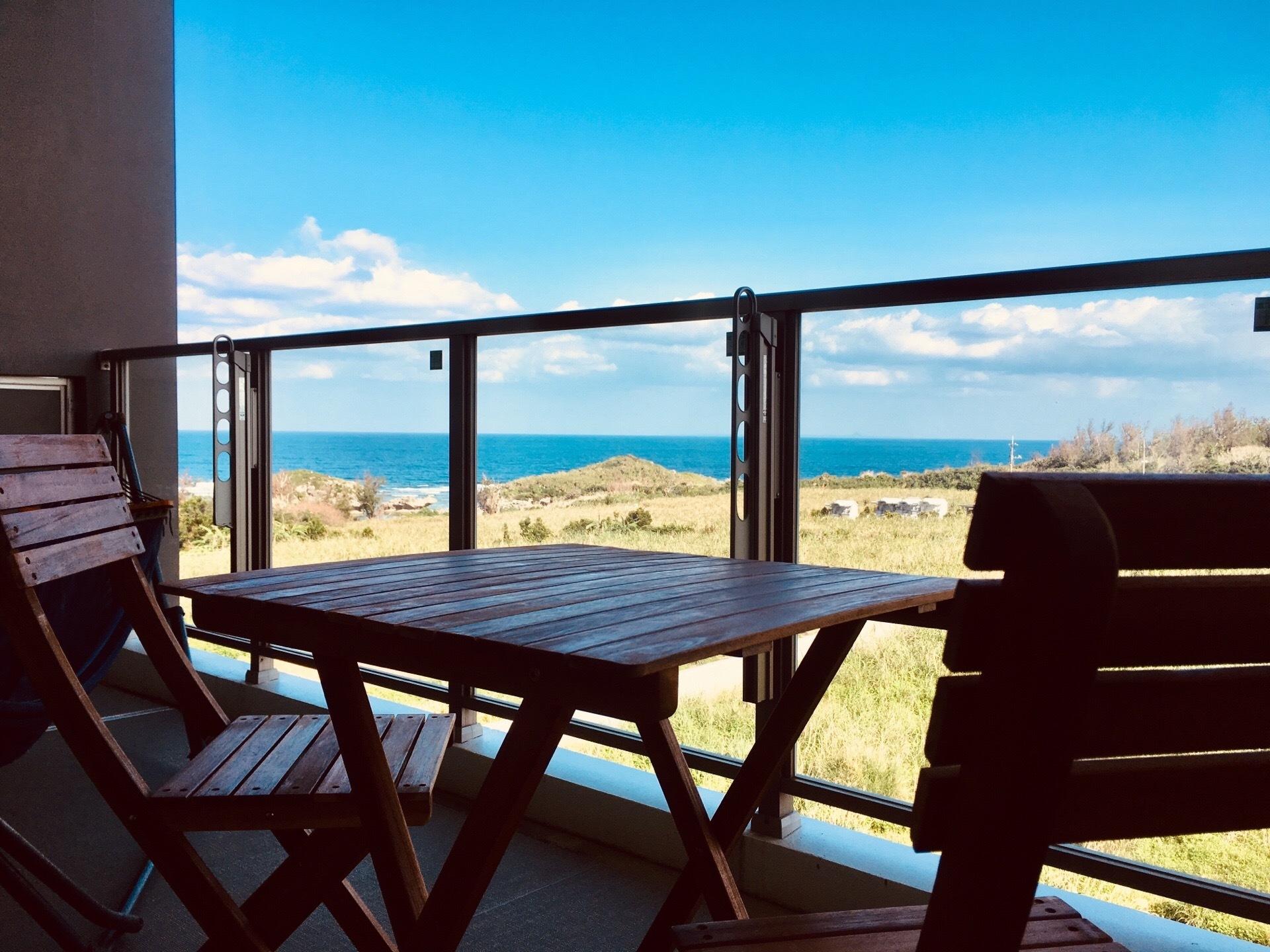 ガーデンチェアから海を眺めるのも良し。