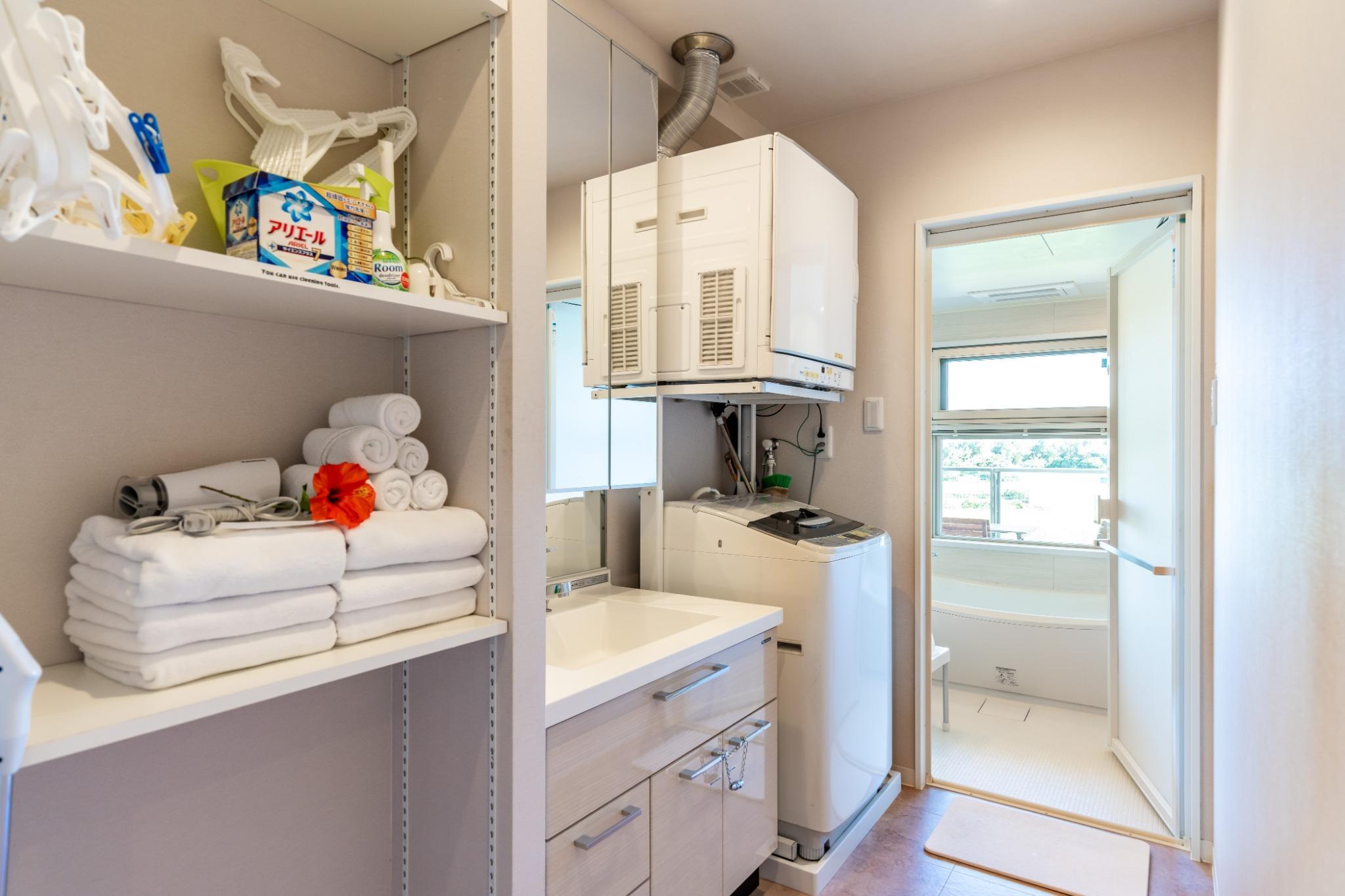 広々、脱衣所。洗濯機、ガス乾燥機完備。