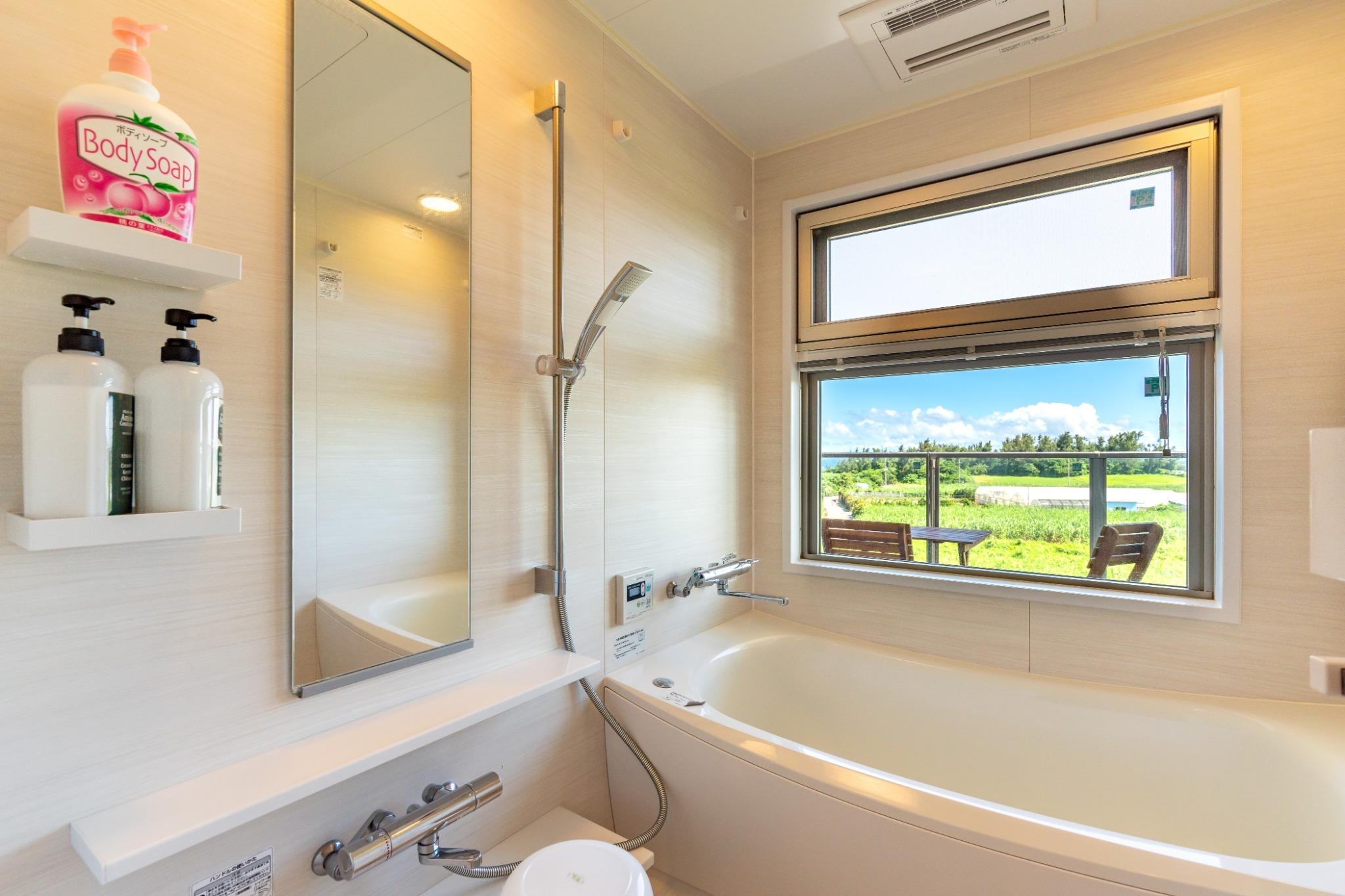 バスルーム!海を見ながらお風呂入れます。