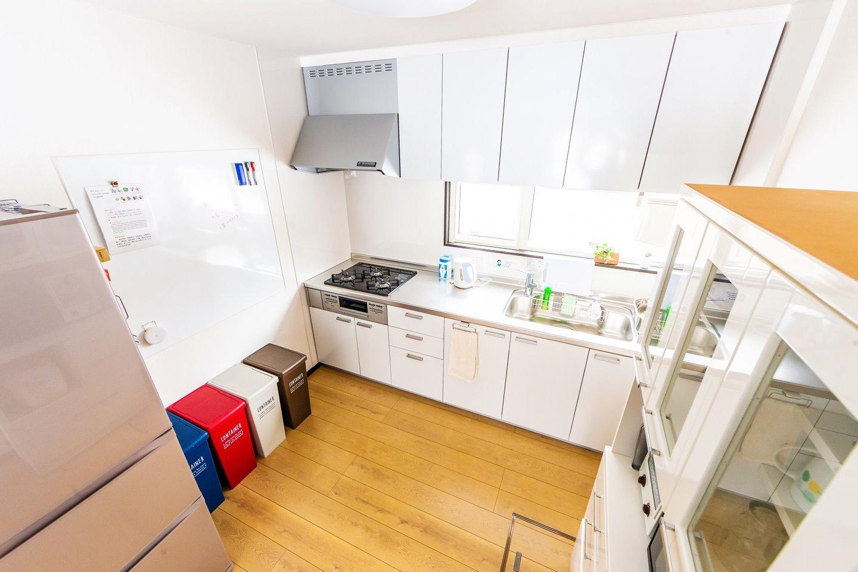 充実したキッチン備品と食器類