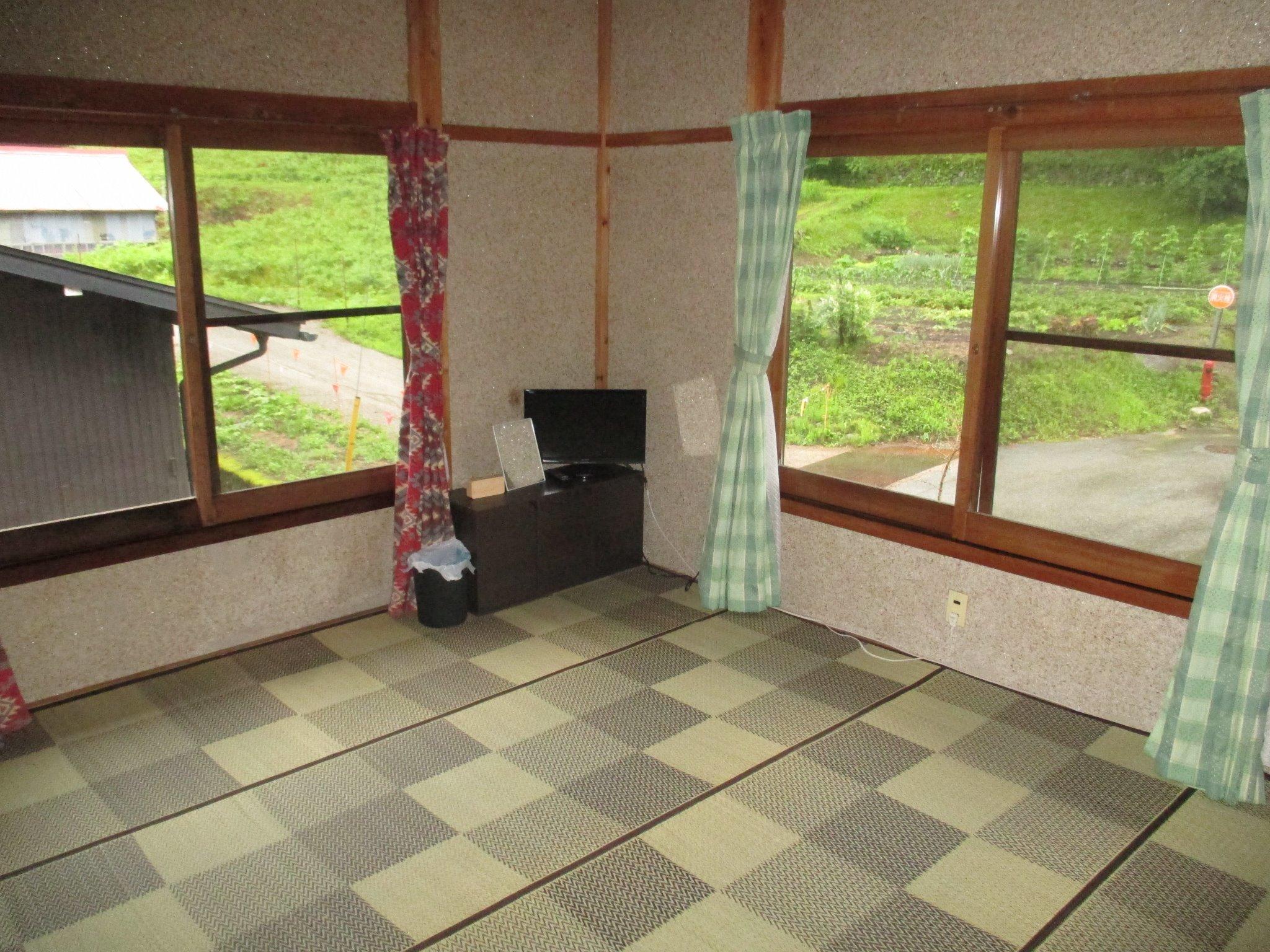 8畳間庭が一望できる角部屋