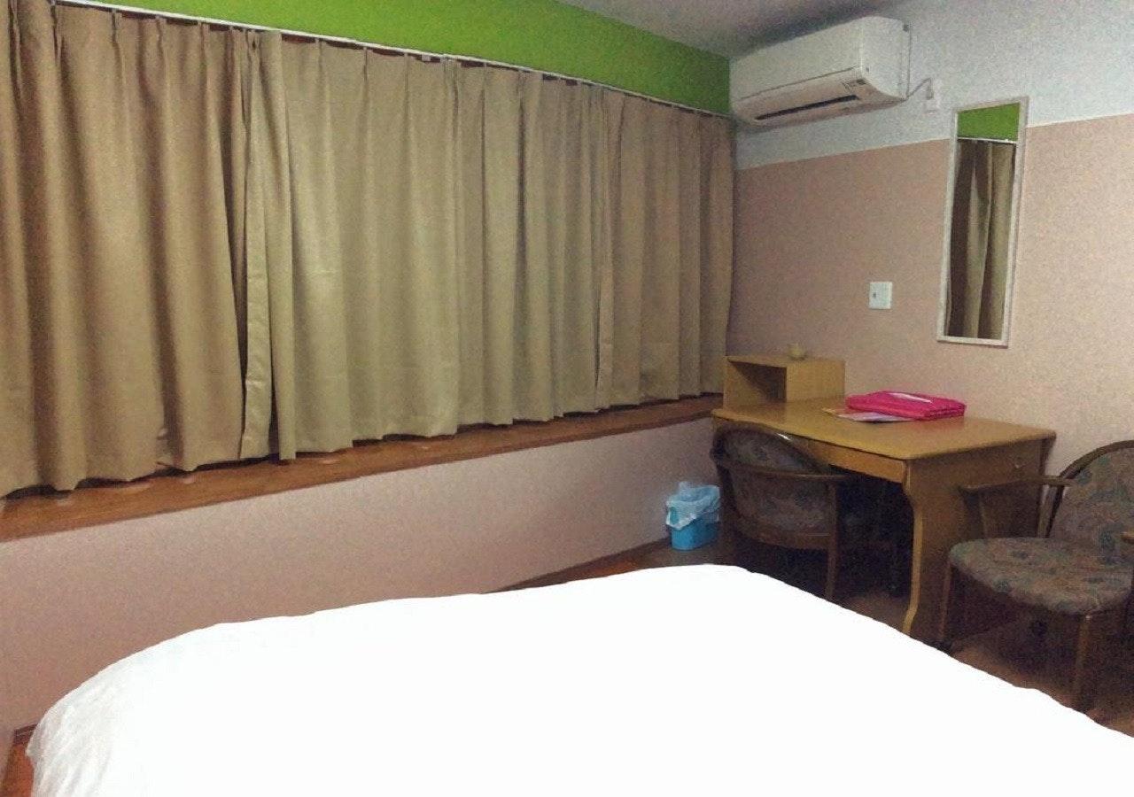 302(3階)ダブルルーム 共用バスルーム