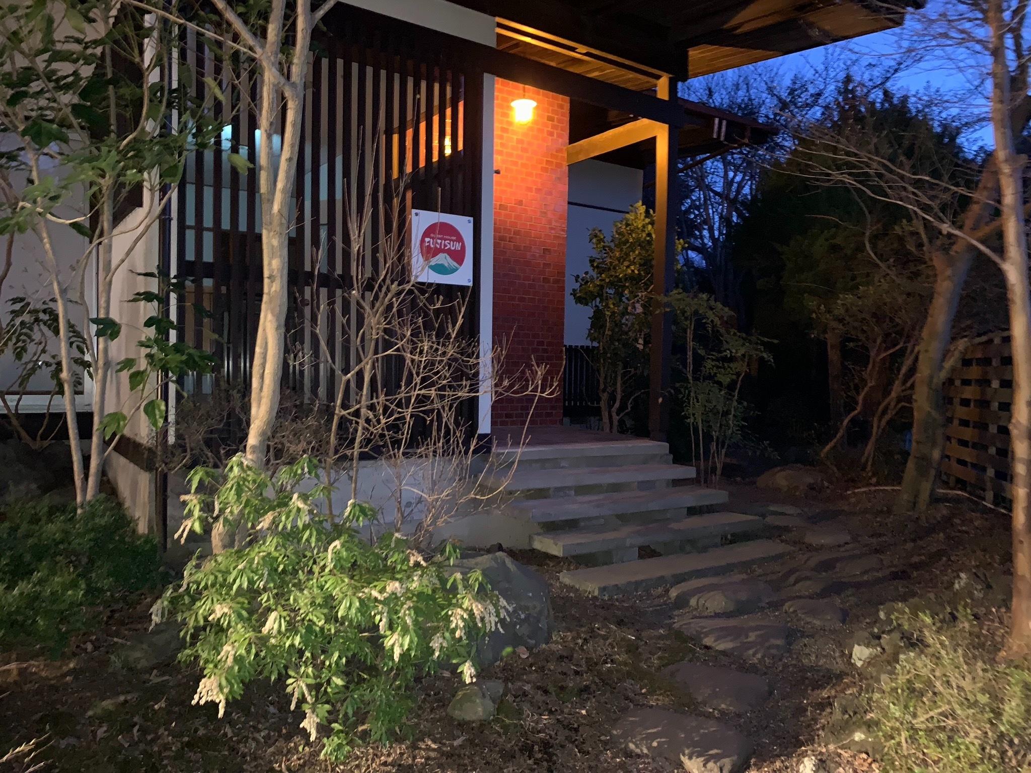 門扉を通って右側のこちらが玄関