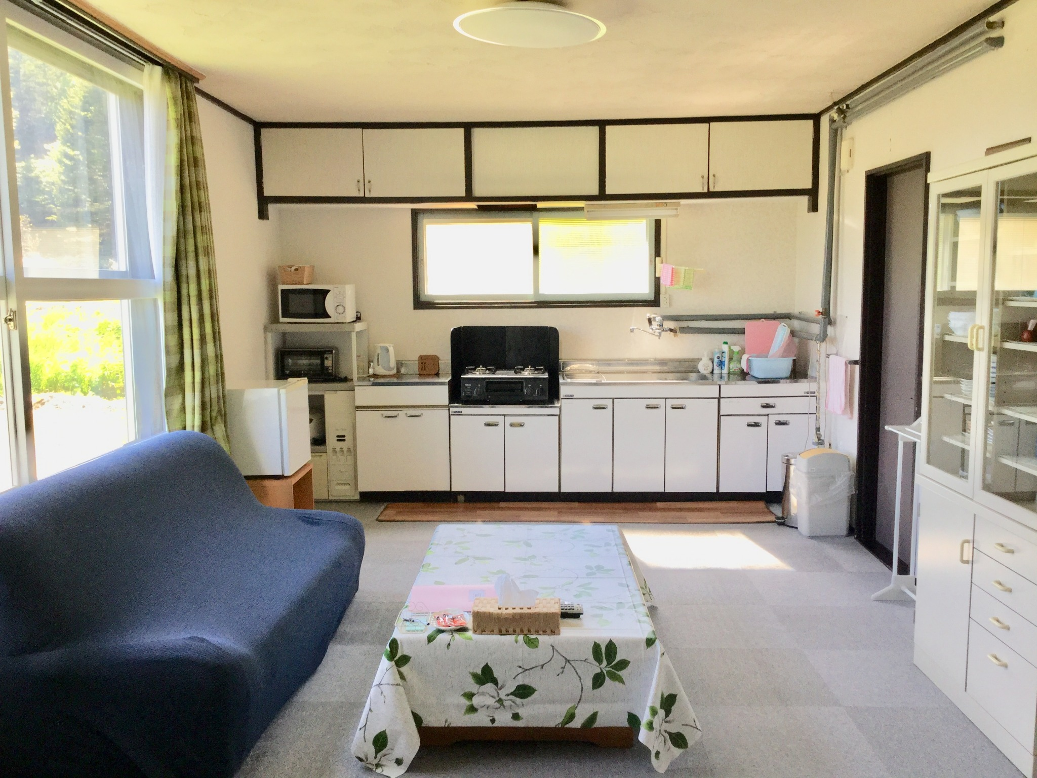 【Living room with kitchenette attached】Refrigerator, Microwave oven, Cooking stove, Rice cooker, Kitchen utensil (without condiments). Free Wi-Fi☆ -Cottage A.